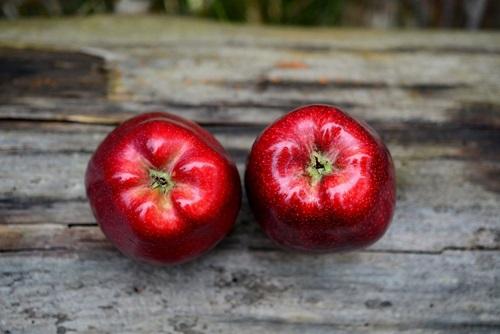 Dve crvene jabuke