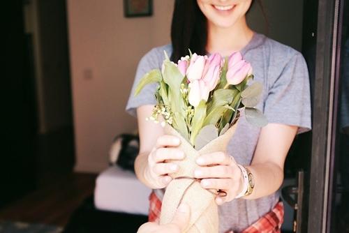 Devojka dobija buket cveća