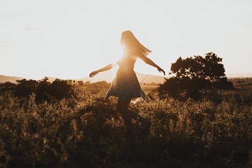 Devojka pleše u prirodi