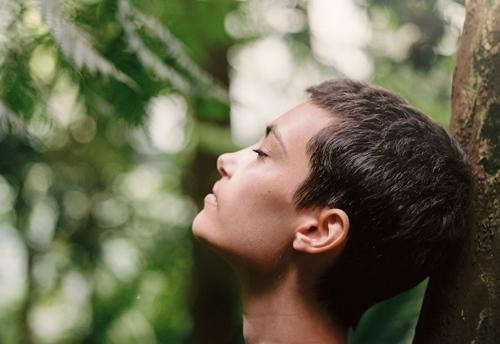 Devojka diše u prirodi