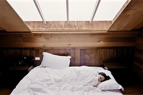 Devojka ušuškana u krevet