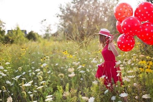 Devojka sa cvenim balonima u prirodi