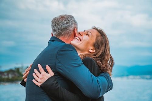 Srećan par se grli